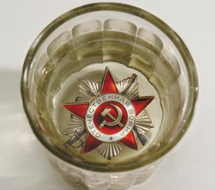 Фото: Орден Отечественной Войны в граненом стакане с водкой.