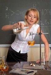 Фото: Учительница химии ставит опыт.