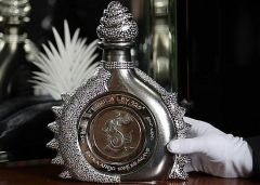 Фото: Fernando Altamirano демонстрирует свое создание, бутылку текилы «The Diamond Sterling»