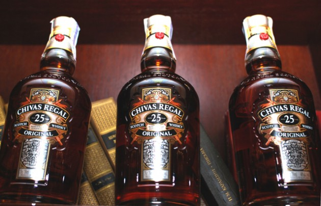 Фото: Бутылки шотландского виски «Chivas Regal».