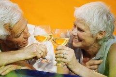 Фото: пожилая пара пьет вино
