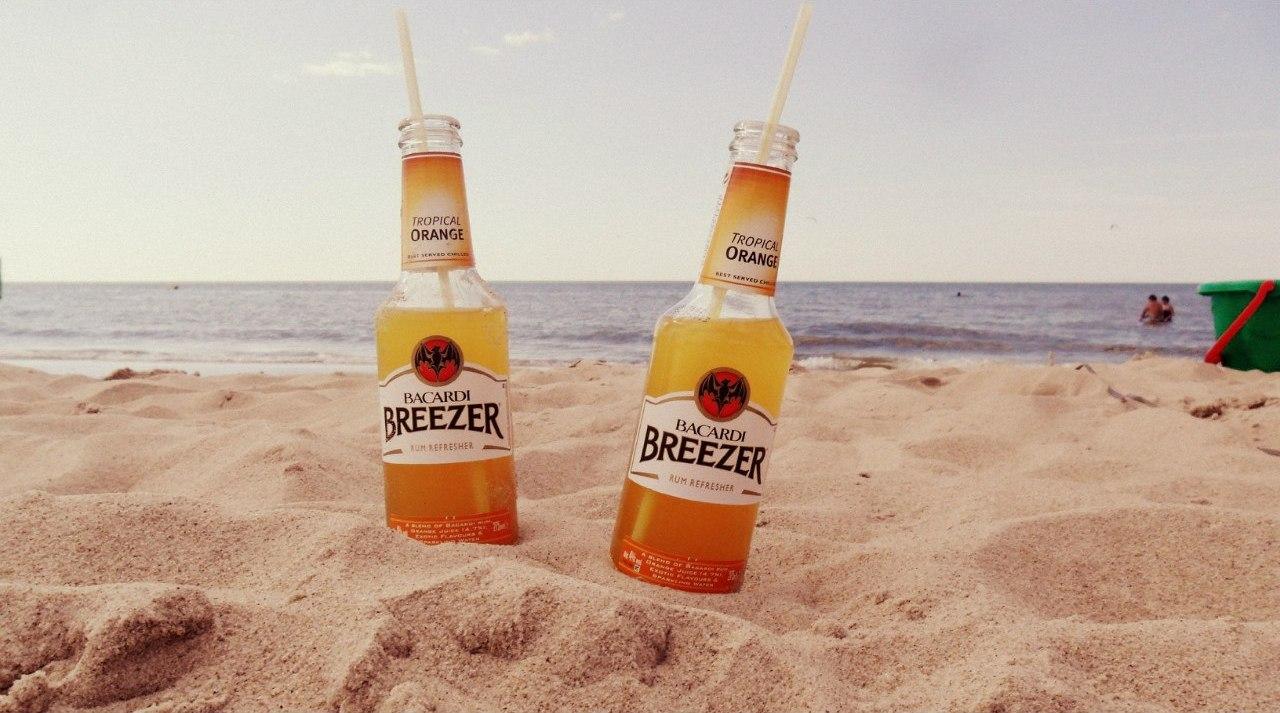 Фото: Алкогольные коктейли на пляже.