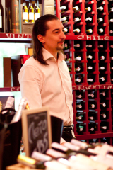 Фото: Сомелье винотеки «Арлекин» рекомендует алкогольные подарки на зимние праздники.