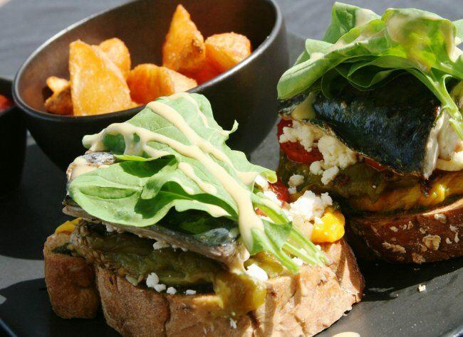 Фото: Бутерброд с рыбой и овощами — лучший способ от похмелья.