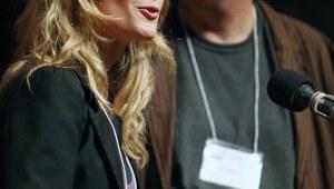 Фото: Мириам Так (Mirjam Tuk) и Люк Варлоп (Luk Warlop) на вручении Шнобелевской премии 2011.