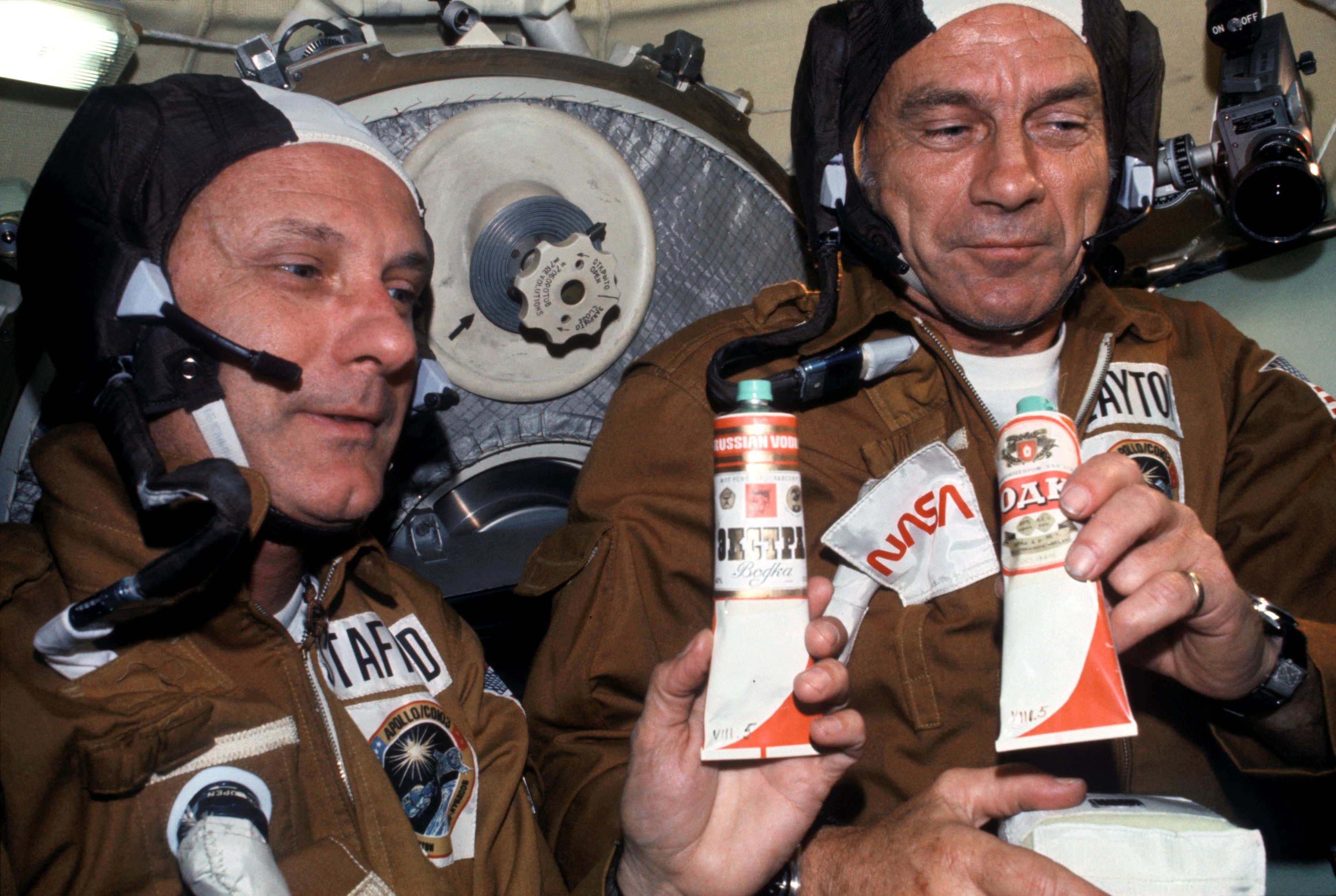 Фото: С Днем космонавтики! Томас Стаффорд и Дональд Слейтон, «Союз-Апполон», 1975
