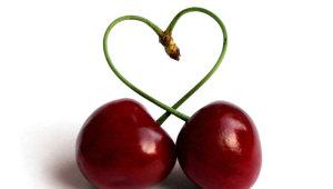Фото: Две вишни в форме сердца.