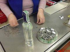 Фото: Сколько нужно монеток, чтобы купить бутылку водки?