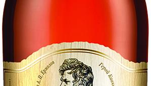 Фото: Обновлённая бутылка коньяка «Крепость Русский Форпост». Дизайн — Дмитрий Вальдт.