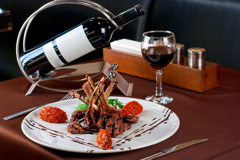 Фото: Вино и мясо.
