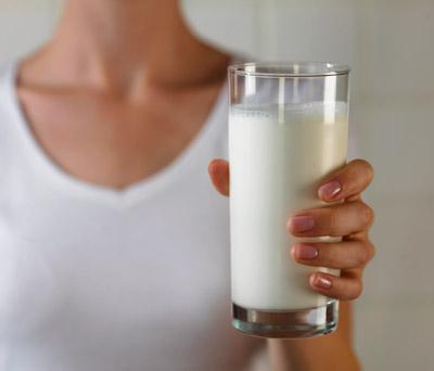 Фото: Девушка со стаканом молока.