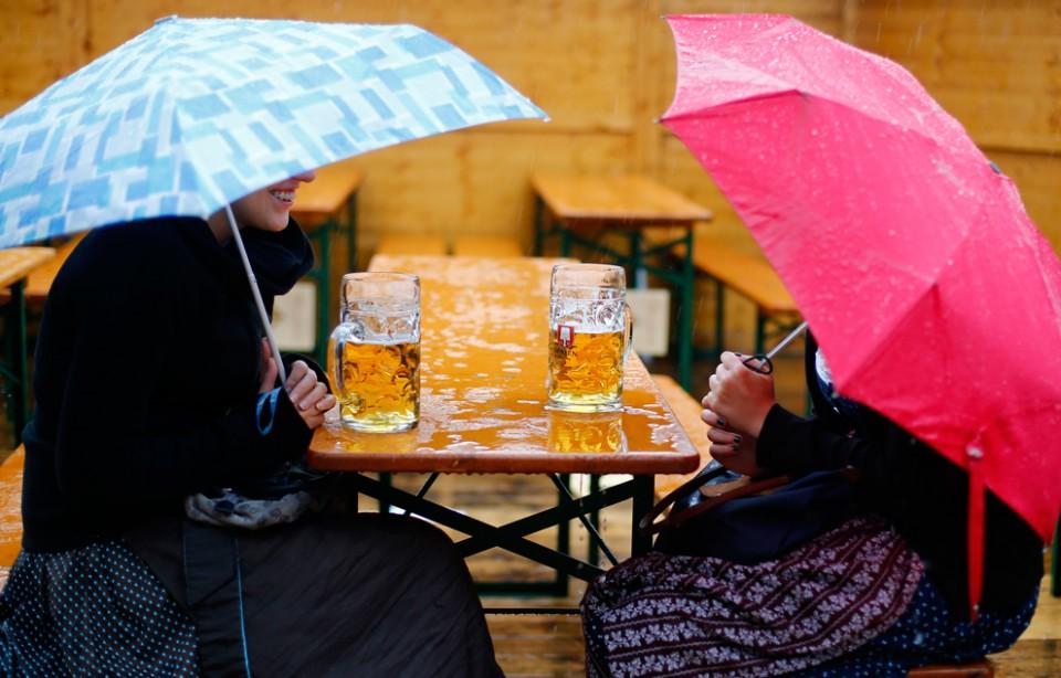 Фото: Под дождем за традиционной пивной литрушкой.