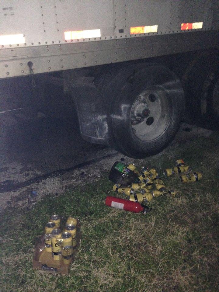 Фото: С места события — грузовик, огнетушитель и банки пива.
