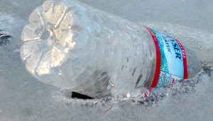 Фото: Пластиковая бутылка во льду.