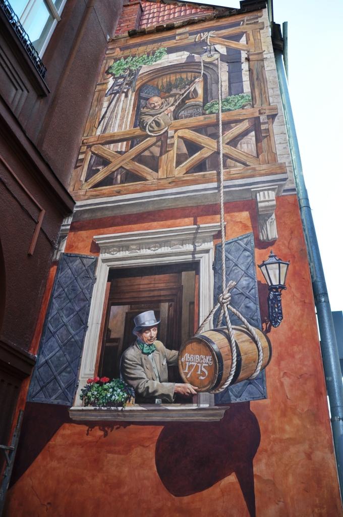 Фото: «Львівське» представило настенную живопись в центре Львова.