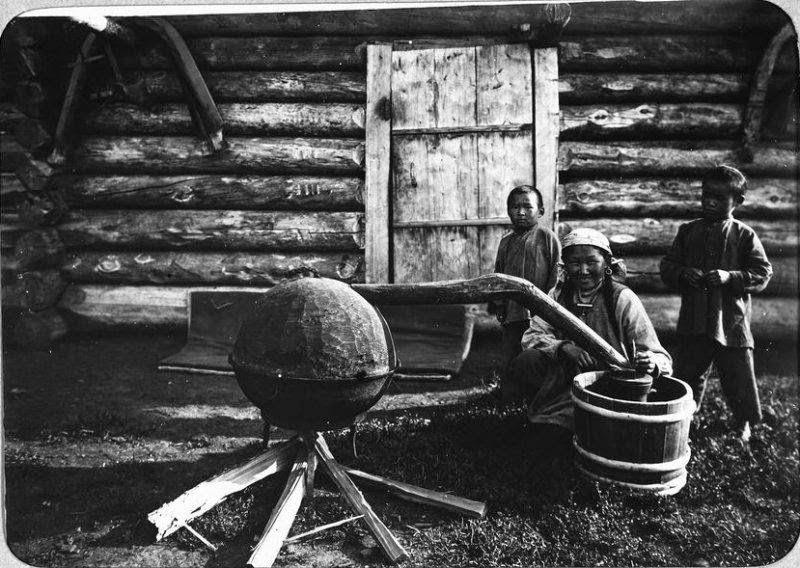 Фото: Приготовление молочной водки (Бурятия, 1908 год).