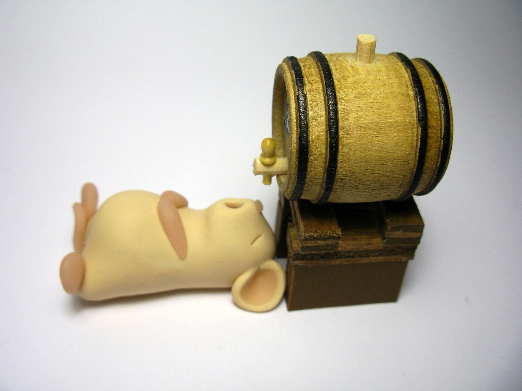 Фото: Мышь и бочка пива.