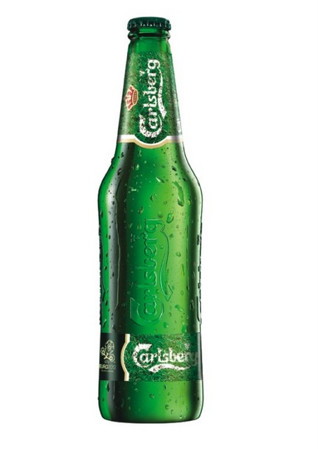 Фото: Пиво «Carlsberg» оформили под футбольный газон.