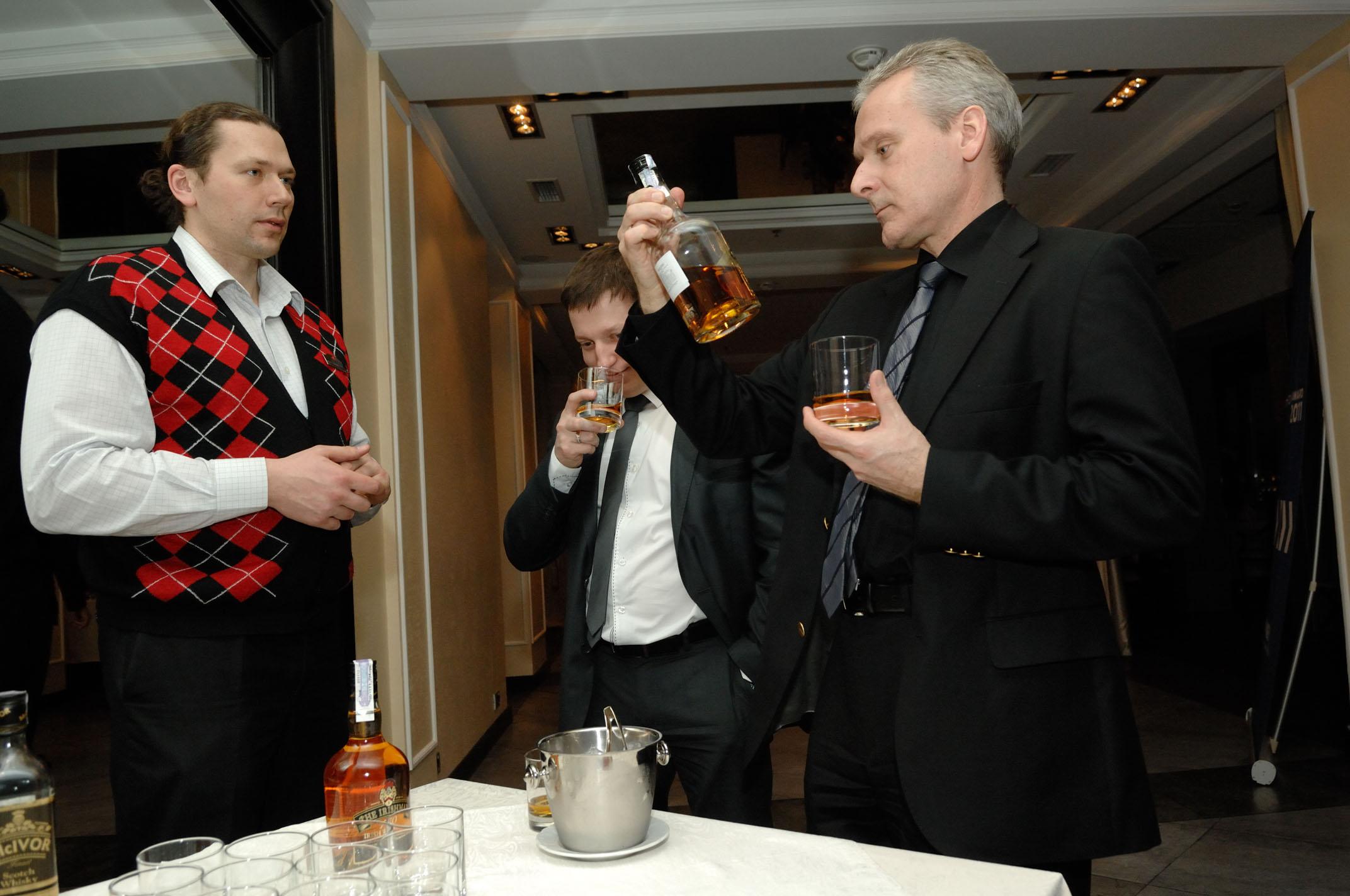 Фото: Cерьезные мужчины предпочитают виски.