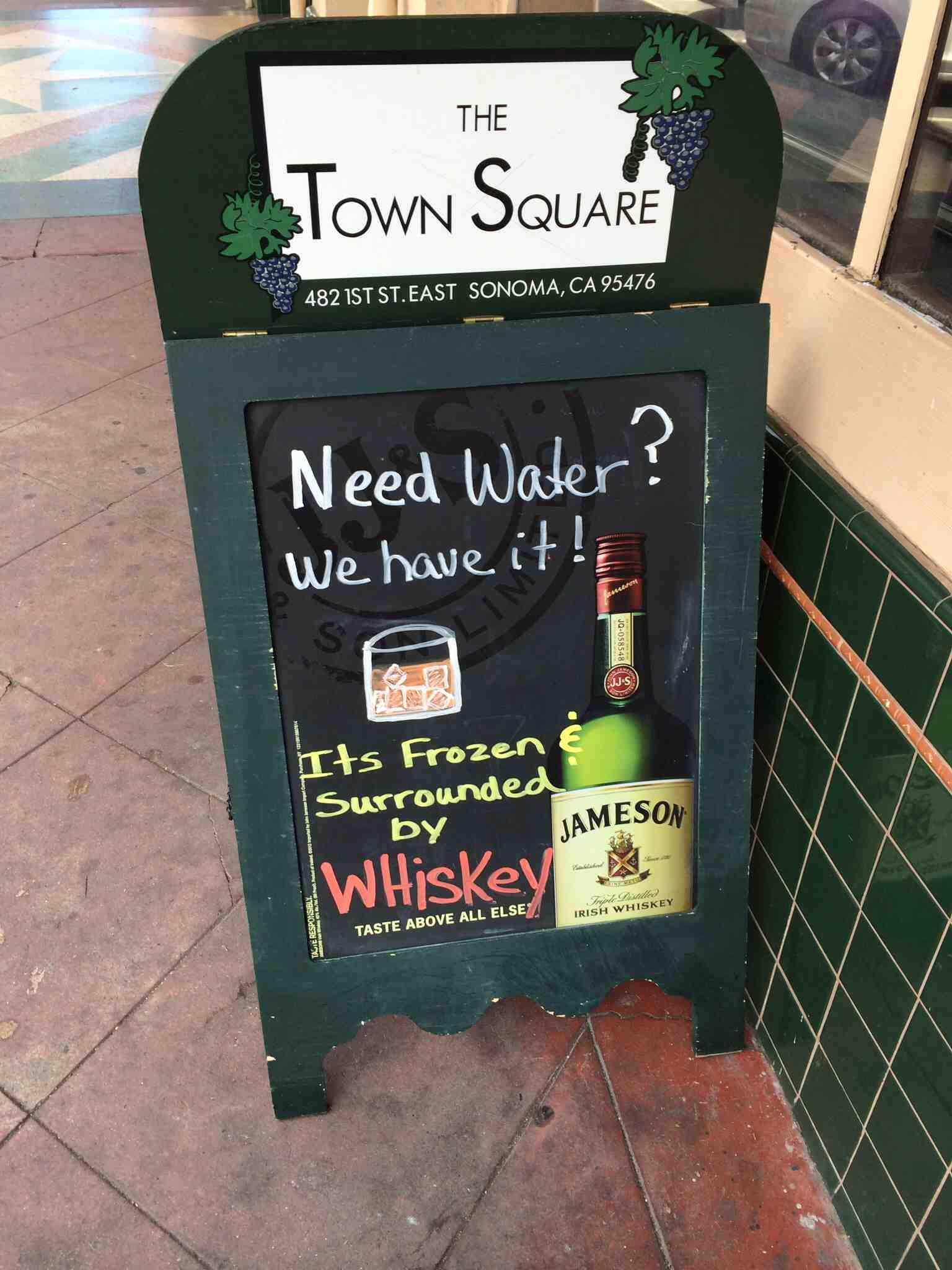 Фото: Хотите воды? У нас есть! Она заморожена и окружена виски.