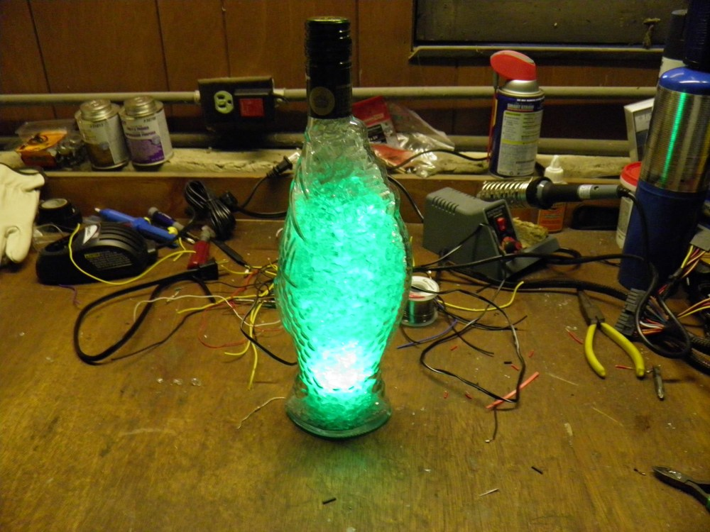 Фото: «Лампа битого стекла» из винной бутылки.