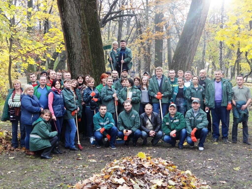 Фото: Працівники «Львівської пивоварні» прибрали парк імені Івана Франка .