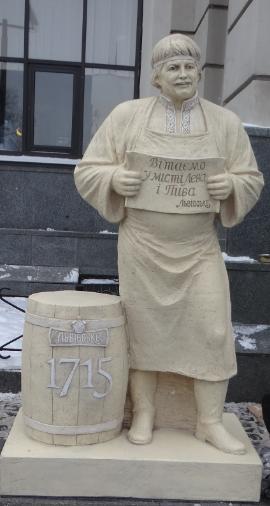 Фото: Железнодорожный вокзал Львова украсила скульптура пивовара.