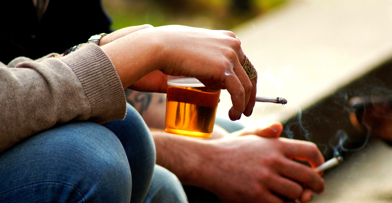 Фото: Почему после бокала тянет к сигарете?